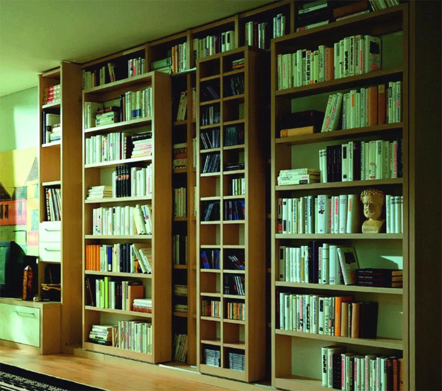 В раздвижном книжном шкафу имеется